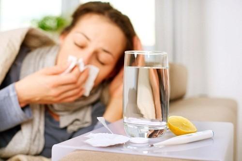 Người bệnh cần lưu ý uống nhiều nước để cơ thể luôn đủ nước, giúp ngăn ngừa tình trạng nhiễm trùng khác có thể thiết lập từ bên trong.