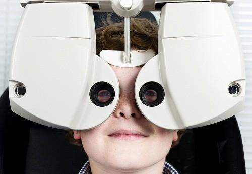 Trẻ em cần khám mắt lần đầu tiên trước khi bắt đầu tới đi học.
