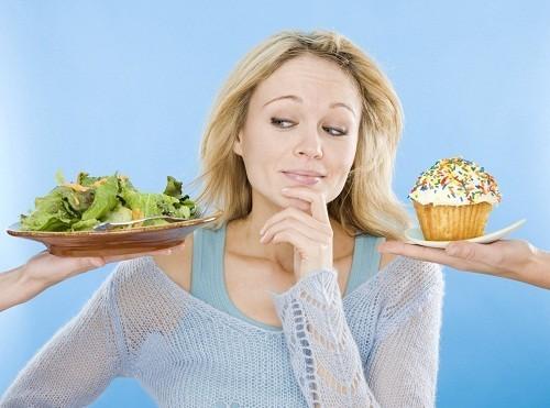 Để phòng chống cao huyết áp, nên duy trì một chế đọ ăn uống lành mạnh, tăng cường ăn nhiều rau quả, hạn chế các loại thực phẩm chế biến sẵn.