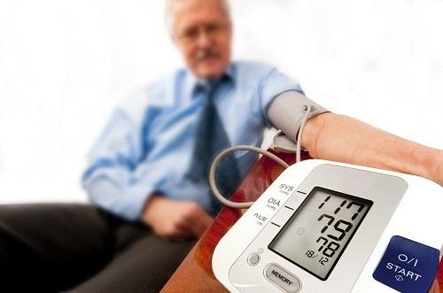 Bệnh huyết áp thường không có triệu chứng rõ ràng, chủ yếu được phát hiện nhờ đo huyết áp.