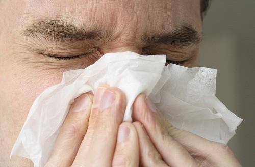 Chảy nước mũi là một trong những triệu chứng thường gặp của polyp mũi.