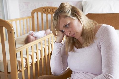 Trầm cảm sau sinh là tình trạng liên quan đến suy nghĩ và cảm giác mệt mỏi, buồn chán, lo lắng xuất hiện sau sinh.