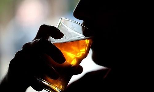 Uống quá nhiều rượu có thể dẫn đến sự tích tụ của acid uric vì rượu gây trở ngại cho việc loại bỏ các acid uric ra khỏi cơ thể.