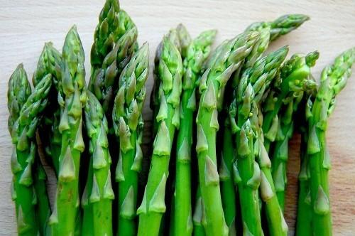 Người bệnh gút nên hạn chế những loại thực phẩm chứa nhiều purin, chẳng hạn như măng tây.