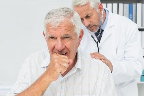 Để chẩn đoán giãn phế quản, bác sĩ sẽ hỏi người bệnh một số câu hỏi về các triệu chứng, chẳng hạn như có hay ho không, ho có đờm không và có hút thuốc không.
