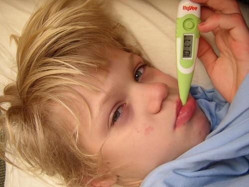 Nhiễm rotavirus thường bắt đầu với triệu chứng sốt và nôn, tiếp đến là tiêu chảy từ 3 - 8 ngày.