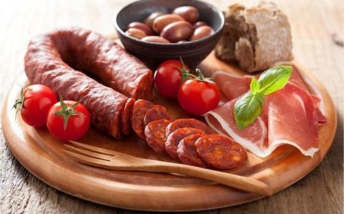 Những người ăn nhiều thịt chế biến sẵn như xúc xích và thịt hộp sẽ có nguy cơ cao phát triển bệnh ung thư đại tràng.