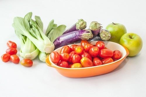 Thực hiện một chế độ ăn uống lành mạnh giúp kiểm soát cao huyết áp.