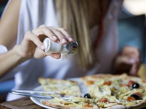 Nghiên cứu chỉ ra rằng một chế độ ăn uống ít muối sẽ làm giảm huyết áp.
