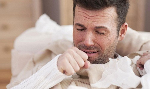 Các triệu chứng điển hình của viêm phế quản cấp gần giống với triệu chứng của cảm lạnh như sốt nhẹ, hắt hơi, sổ mũi, chảy nước mũi, đau rát họng.