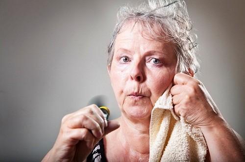 Trong cơn nóng bừng mặt, người phụ nữ có thể đổ mồ hôi nhiều đến nỗi có thể ướt đẫm cả mặt, cổ và lưng, da nóng, tim đập càng lúc càng nhanh, có thể gây hồi hộp với tình trạng đánh trống ngực.