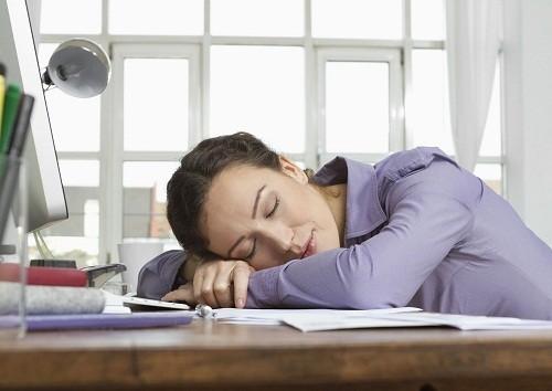 Đối với những người bị mất ngủ, một giấc ngủ ngắn vào buổi trưa lại có thể khiến họ khó ngủ hơn vào buổi tối.