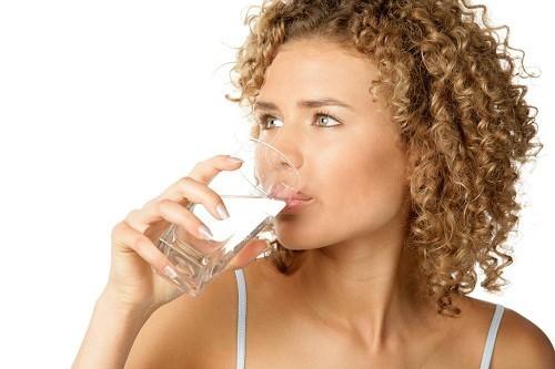 Nhanh chóng uống một ly nước lạnh là một trong những biện pháp đơn giản mà hiệu quả để làm ngừng cơn nấc cụt.