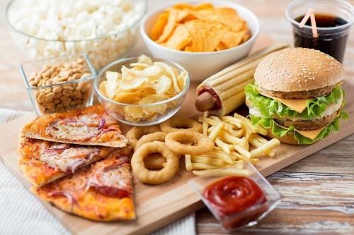Các loai đồ chiên rán, nhiều dầu mỡ và thức ăn chế biến sẵn nên được loại bỏ khỏi chế độ ăn uống của người bệnh sau mổ ruột thừa