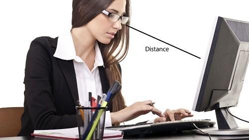 Để tránh nhức mỏi mắt nên đặt màn hình cách xa mắt khoảng 50 – 66 cm và bên dưới tầm mắt.