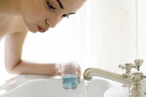 Súc miệng quá nhiều có thể là nguyên nhân khiến răng trở nên nhạy cảm.