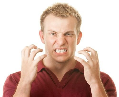 Nghiến răng thường xuyên khiến lớp vật chất cũng khiến lớp vật chất cứng nhất trong cơ thể là men răng bị tổn hại, mòn dần, khiến răng nhạy cảm hơn.