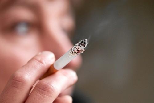Hút thuốc lá là một trong những yếu tố nguy cơ quan trọng nhất liên quan đến sự phát triển của bệnh nướu.