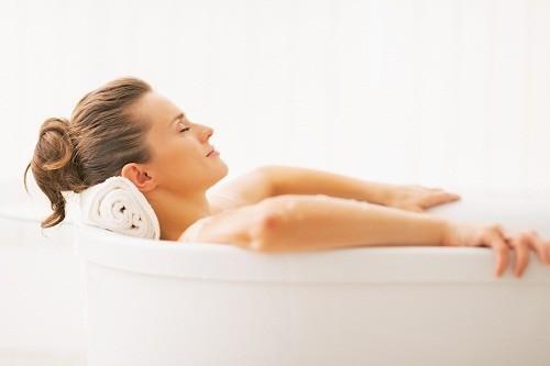 Tắm nước ấm hàng ngày với xà phòng dịu nhẹ có thể giúp làm dịu vết ngứa và loại bỏ da khô