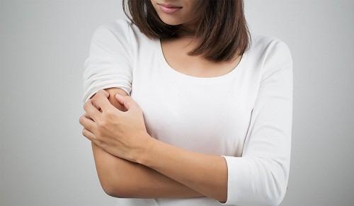 Chính những tác động ngứa - gãi lại càng làm cho bệnh vẩy nến phát triển mạnh hơn.
