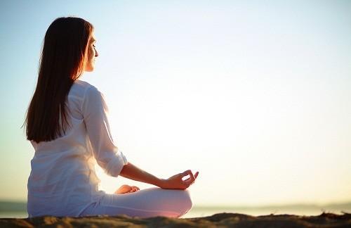 Người bệnh có thể kiểm soát các triệu chứng của bệnh vẩy nến đơn giản chỉ bằng cách giảm bớt lo lắng, căng thẳng qua việc tập yoga, thiền định...