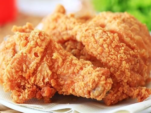 Ăn nhiều đồ ăn giàu chất béo như gà rán, khoai tây chiên… không chỉ làm tăng nguy cơ ợ nóng mà còn kéo theo tình trạng béo phì, thừa cân, dẫn tới nhiều vấn đề sức khỏe khác.