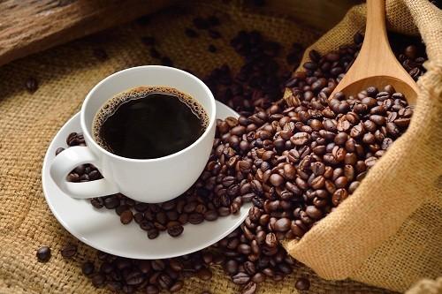 Đồ uống có chứa caffein làm tăng axit trong dạ dày có thể dẫn tới ợ nóng.