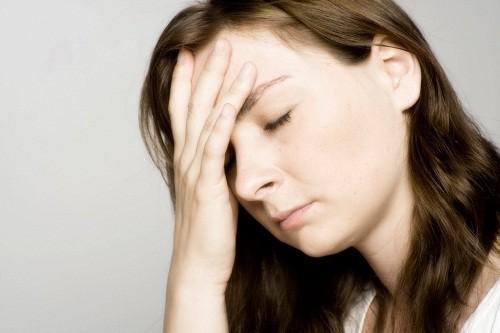 """Ở một số phụ nữ, nồng độ hormone giảm có thể là """"thủ phạm"""" dẫn tới những cơn đau đầu."""
