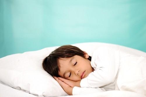 Nghỉ ngơi là một trong những biện pháp điều trị tốt nhất khi trẻ bị cảm lạnh, vì thế hãy để trẻ ngủ.