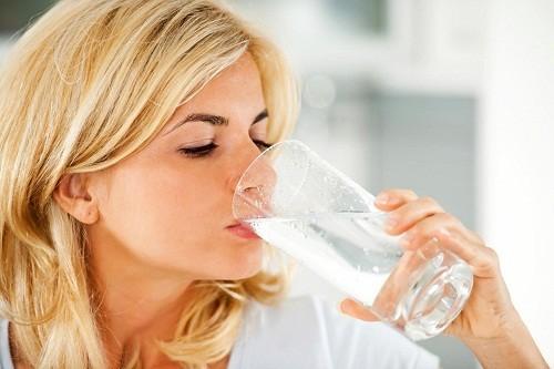 Khát  nước và khô miệng là những dấu hiệu rõ ràng nhất của sự mất nước.
