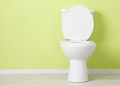 Nước tiểu có màu vàng hoặc màu cam nhạt là dấu hiệu của mất nước.