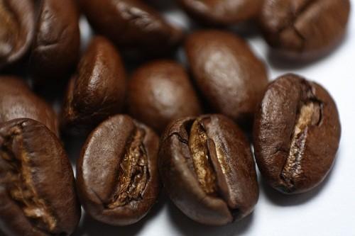 Caffein giúp giảm viêm và giảm bớt khó chịu khi bị đau đầu đồng thời hỗ trợ để các phương pháp điều trị đau đầu tự nhiên hoạt động hiệu quả hơn.