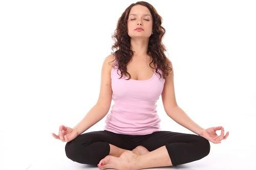 Hãy thử áp dụng các kỹ thuật thư giãn như tập yoga, thiền định để kiểm soát căng thẳng, hạn chế đau đầu.