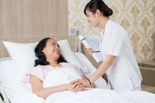 Cần thông báo ngay cho bác sĩ nếu có các dấu hiệu bất thường như sốt, đau, vết rạch bị sưng đỏ...