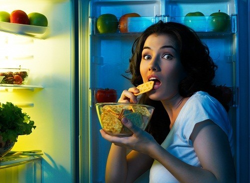 Không có bằng chứng thuyết phục nào cho thấy bữa ăn khuya có thể làm chúng ta tăng cân.