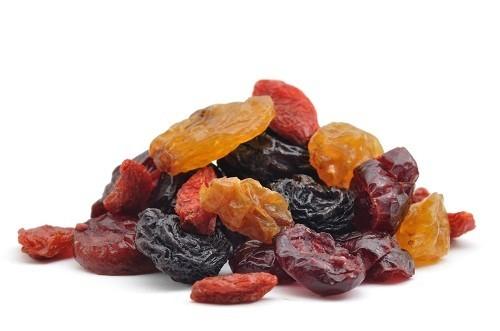 """Trái cây sấy khô thường dẻo, dính và điều này có nghĩa là chúng sẽ """"nằm lại"""" trên răng còn lâu hơn một số loại bánh kẹo thông thường."""