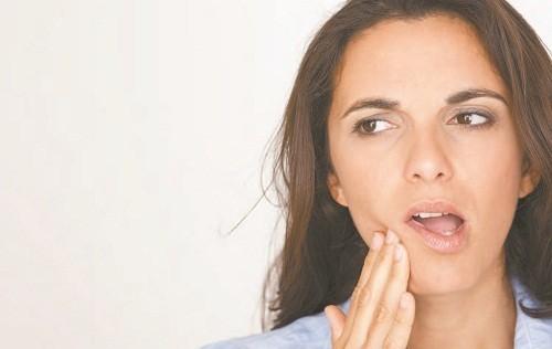 Cảm thấy ê buốt ở răng khi tiếp xúc với đồ ăn quá nóng hoặc quá lạnh là dấu hiệu cho thấy răng đã mất đi lớp bảo vệ.
