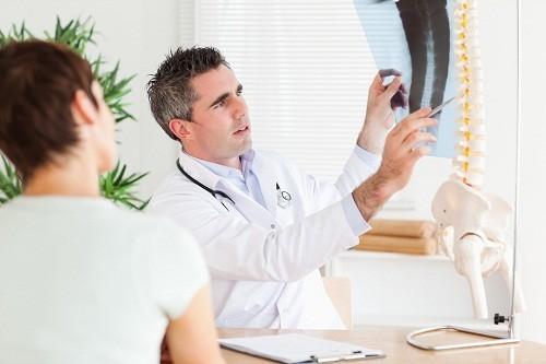 Nên tới bệnh viện để kiểm tra và có kế hoạch điều trị phù hợp nếu cơn đau không cải thiện cho dù đã áp dụng nhiều biện pháp hoặc cơn đau ngày càng nghiêm trọng hơn.