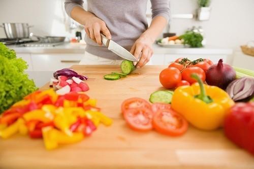 Chế độ ăn uống lành mạnh kết hợp với tập thể dục đều đặn sẽ giữ cho trọng lượng cơ thể trong tầm kiểm soát, ngăn ngừa bệnh gan nhiễm mỡ không do rượu.