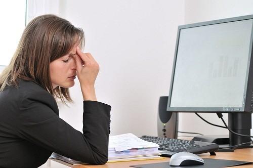 Nững người thường xuyên làm việc với máy vi tính nên dành thời gian nghỉ ngơi để mắt được thư giãn.