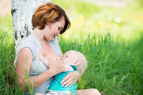 Cho con bú giúp làm giảm nguy cơ ung thư vú và buồng trứng đồng thời cũng làm hạn chế rủi ro loãng xương.