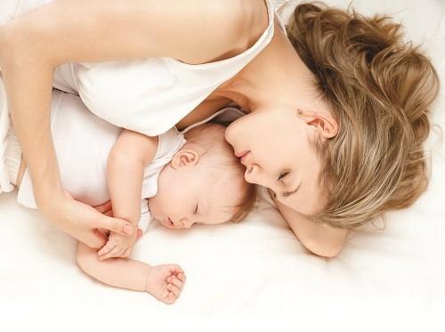 Hỏi ý kiến bác sĩ trước khi bắt đầu cho con bú nếu người mẹ đang sử dụng bất cứ loại thuốc kê đơn nào.