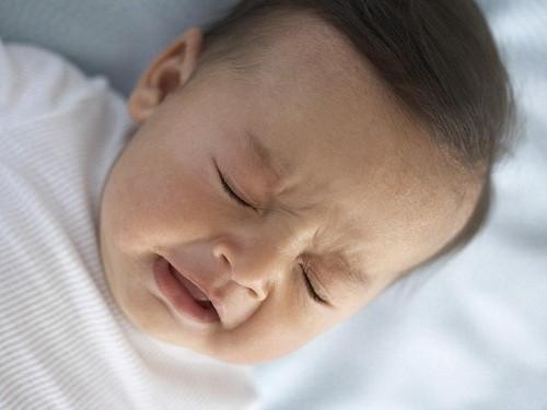 Khi trẻ bị cảm lạnh, trẻ có thể cảm thấy ngạt mũi.