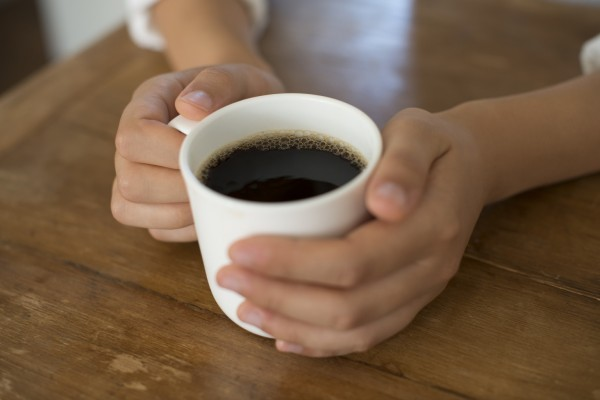 Không nên uống đồ uống có chứa caffein hoặc rượu trong nhiều ngày.