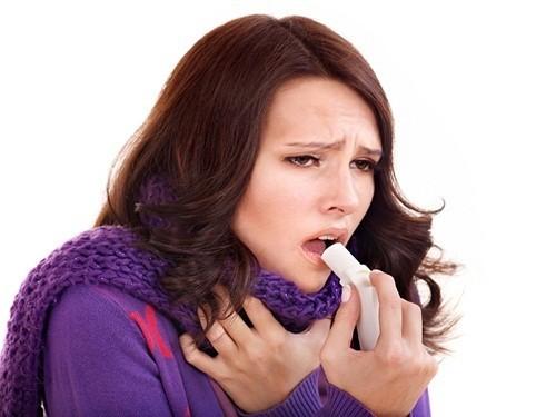 Hen suyễn có thể là nguyên nhân dẫn tới ho và tức ngực.