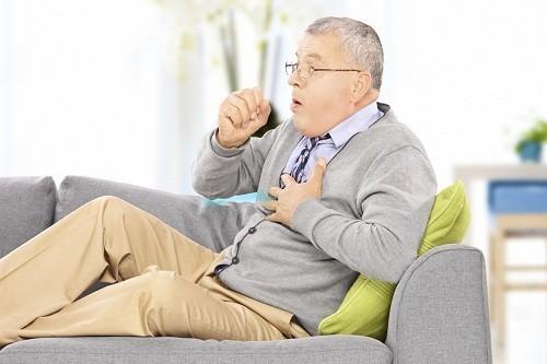 Triệu chứng thường gặp củabệnh phổi tắc nghẽn mạn tính là tức ngực, ho có đờm, khó thở và thở khò khè.