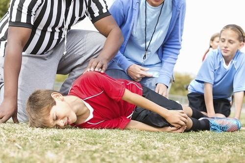 Chấn thương có thể làm rách các dây chằng đầu gối và gãy xương đầu gối.