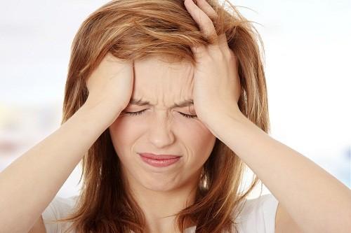 Đau nửa đầu liên tục sẽ dẫn tới đau đầu mãn tính nghiêm trọng, thường đi kèm với buồn nôn, ói mửa, và nhạy cảm với ánh sáng và âm thanh