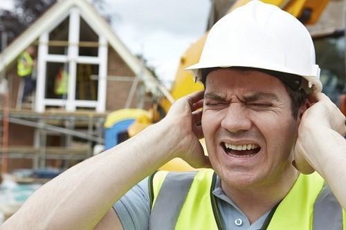 Tiếp xúc lâu dài với tiếng ồn lớn liên tục có thể gây mất thính lực.