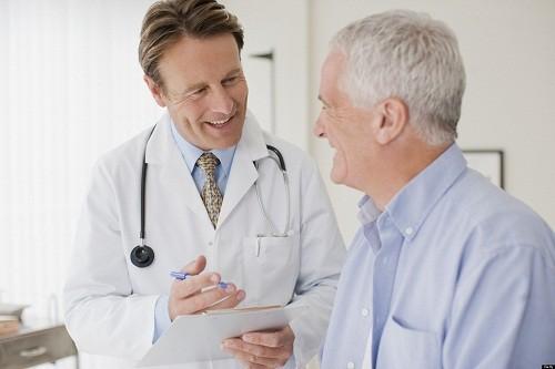 Việc điều trị phụ thuộc vào việc xác định và kiểm soát các nguyên nhân cơ bản dẫn tới tình trạng protein niệu.